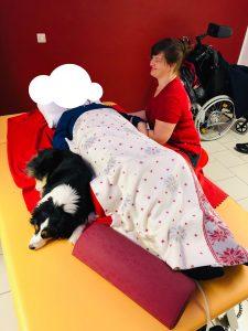 Emma liegt an einem Patienten